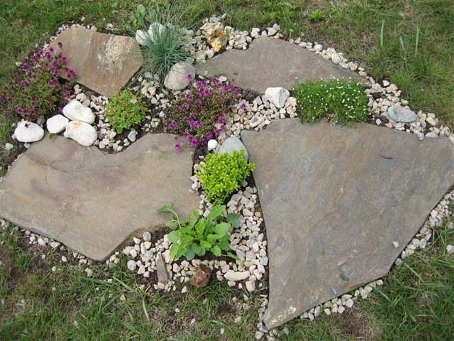 Идея простой клумбы с камнями