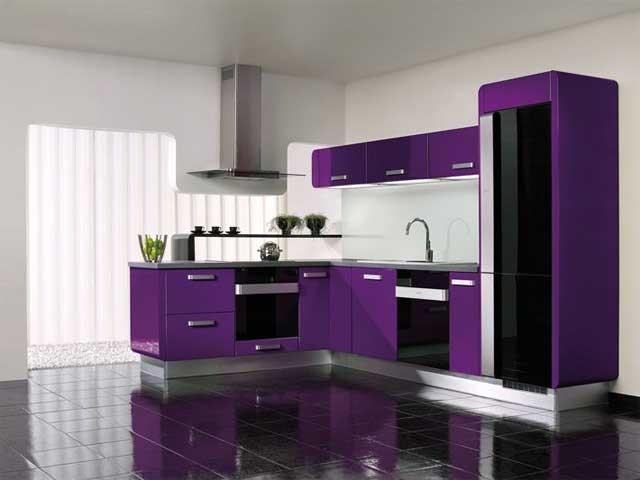Яркий фиолетовый кухонный гарнитур и белые стены
