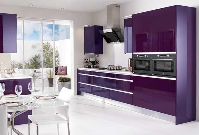 Кухня в темных фиолетовых и белых тонах
