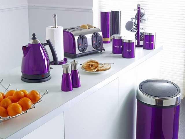 Фиолетовые элементы декора на кухне