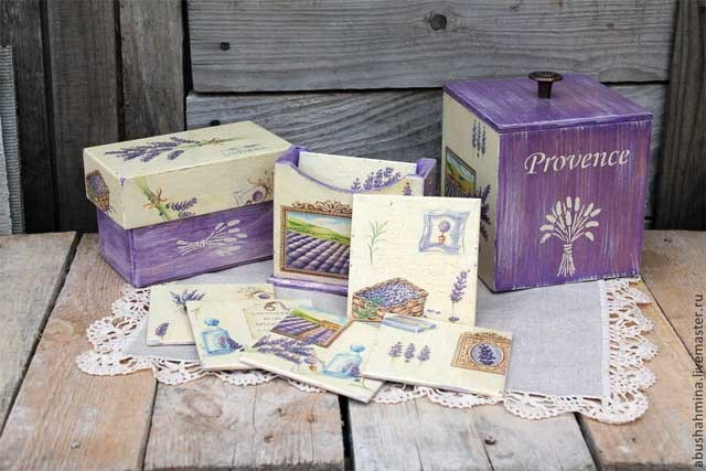 Фиолетовые элементы декора на дачной кухне