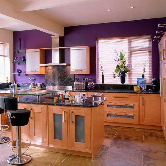 Сочетание дерева и фиолетового в интерьере кухни