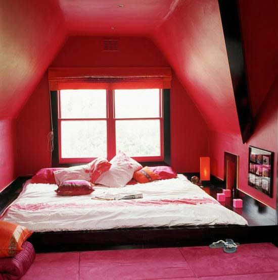 Интерьер спальни загородного дома в красных тонах