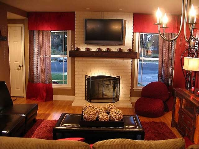 Гостиная в темно-красных тонах смотрится роскошно и богато