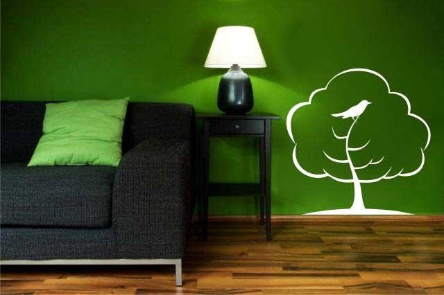 Сочетание темно-зеленого и белого в интерьере гостиной