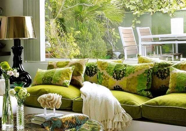 Сочетание зеленого и оливкового оттенков в гостиной на даче