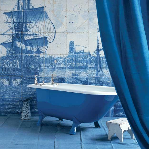 Голубой интерьер ванной комнаты в загородном доме