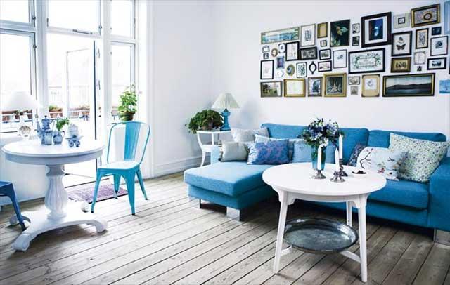 Голубая мебель в гостиной загородного дома