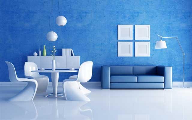Яркие голубые обои в сочетании с белым смотрятся интересно и богато