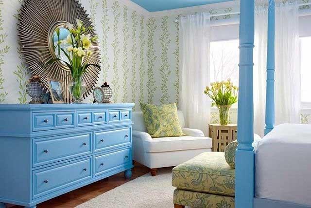 Голубая мебель и потолок в спальне