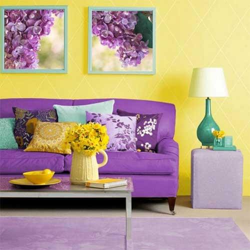 Сочетание желтого и фиолетового в интерьере гостиной