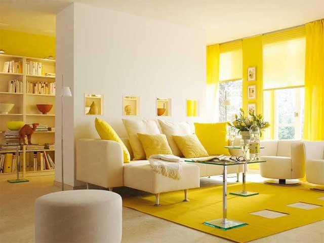Сочетание желтого и белого в интерьере гостиной загородного дома
