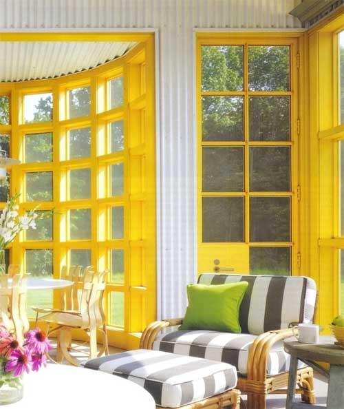 Желтый цвет в интерьере веранды загородного дома