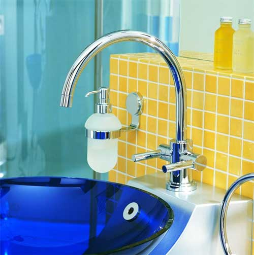 Сочетание желтого, синего и голубого в ванной комнате