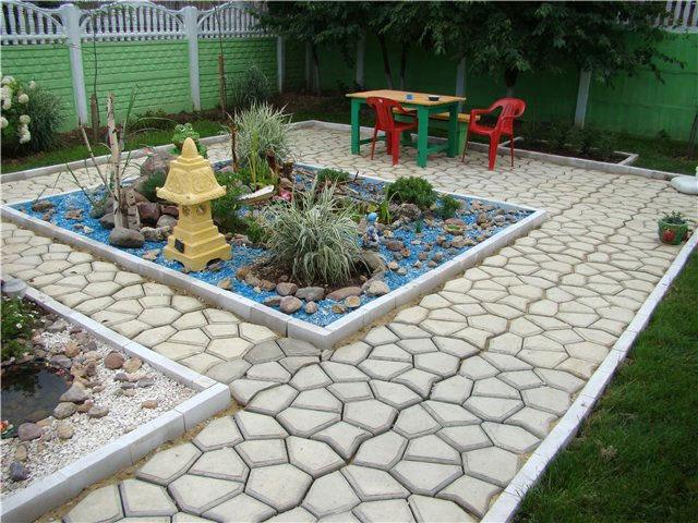 Готовая садовая дорожка на дачном дворе