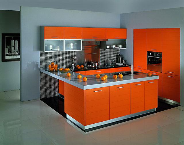Применение серого цвета в сочетании с оранжевым в интерьере кухни