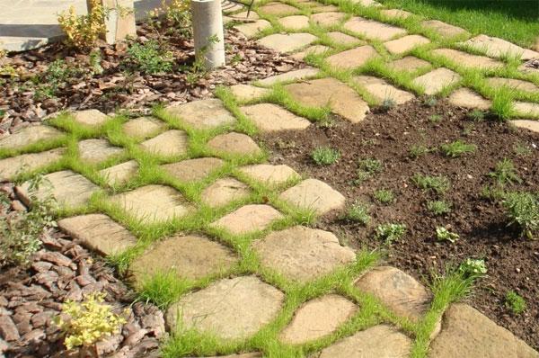 Каменная дорожка на грунтовом основании