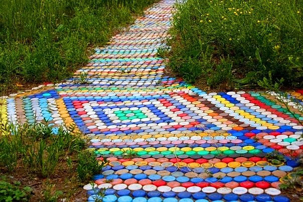 Дорожка в саду из пластиковых бутылок
