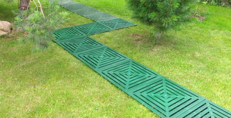 Садовая дорожка на даче из пластиковых плиток