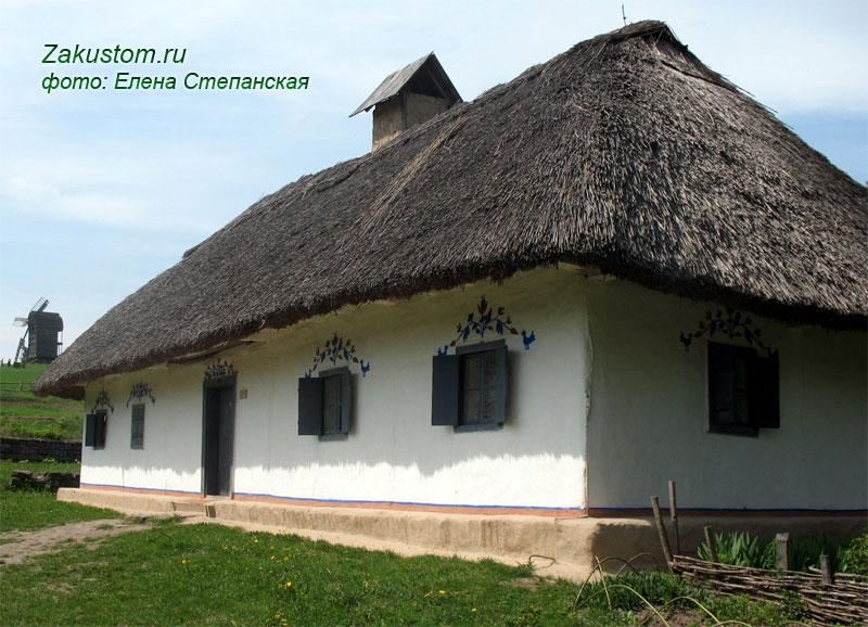 Славянская изба с узорами на окнах