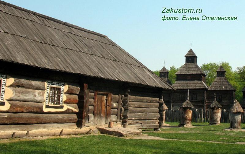 Славянская изба с узорами на наличниках