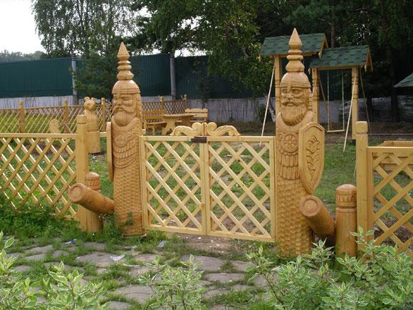 Декоративный деревянный забор на даче