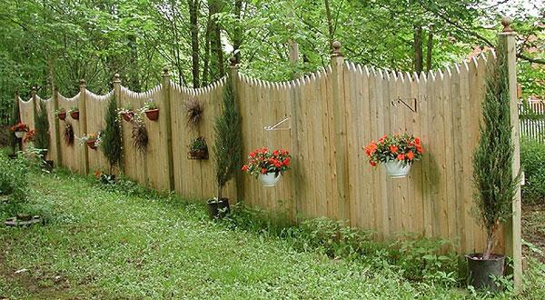Деревянный забор из досок своими руками