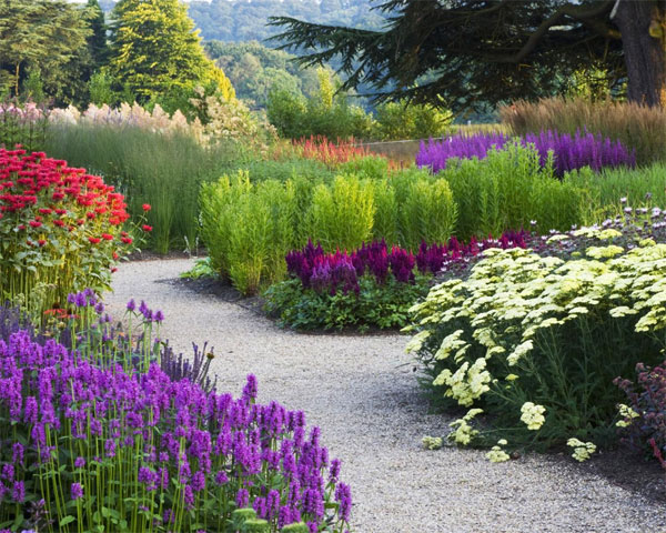 Садовая дорожка из гравия - украшение цветника