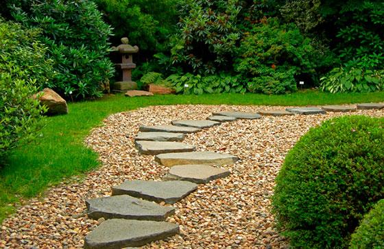 Идея садовой дорожки из гравия с камнем