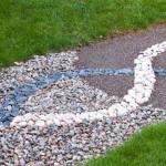 Идея дизайна садовой дорожки из различных видов гравия