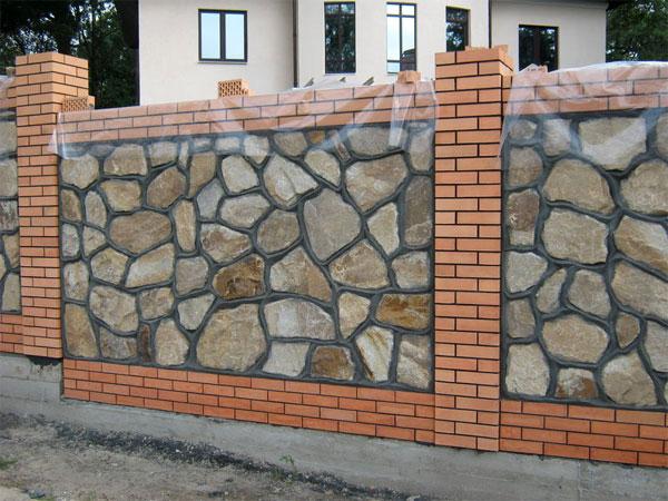 Кирпичный или каменный забор