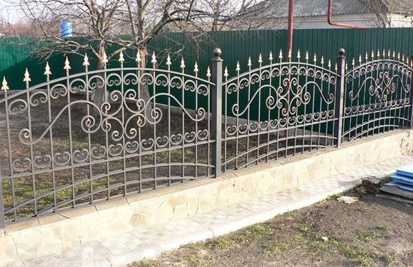 Забор из кованых секций