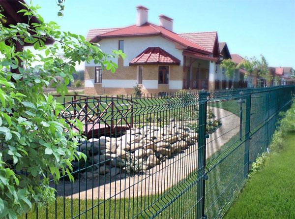 Сетчатый забор для дачного участка