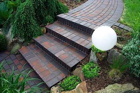 Садовая дорожка из тротуарной плитки - брусчатки