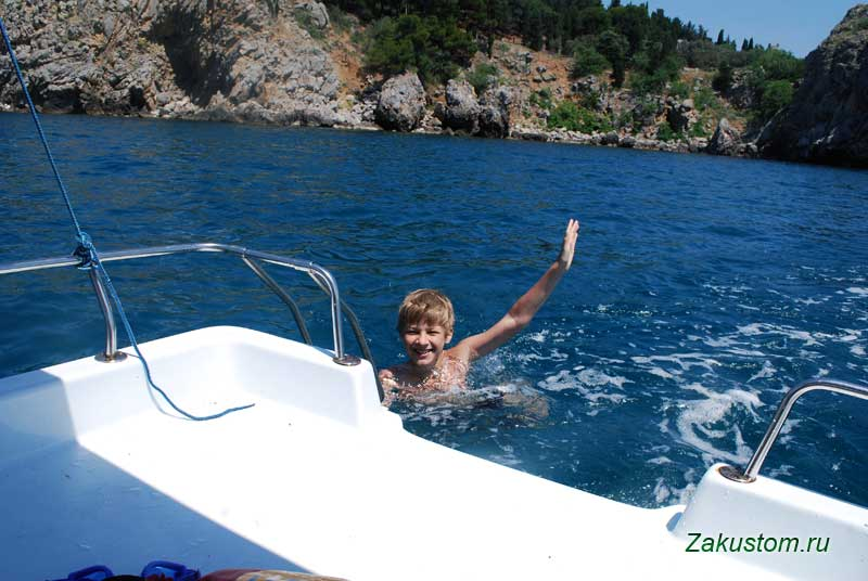 Купание в море с катамараном