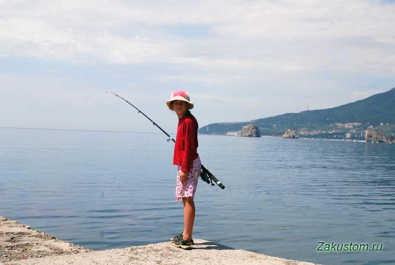 Рыбалка на берегу Черного моря