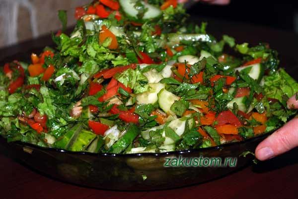 Приготовление салата из овощей и весенней зелени со снытью