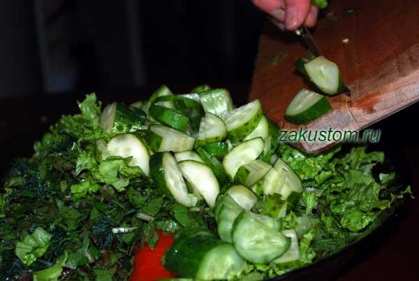 Готовим салат из зелени и овощей