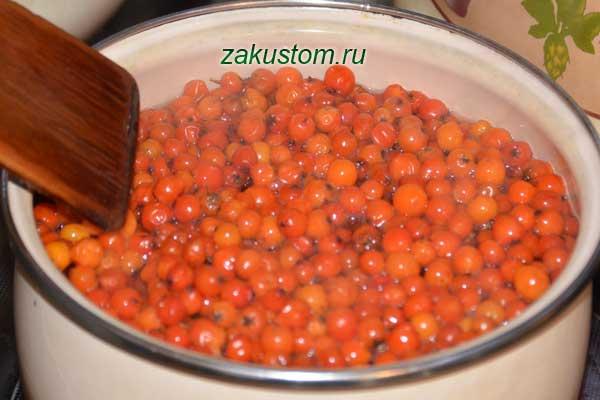 Отвариваем ягоды рябины