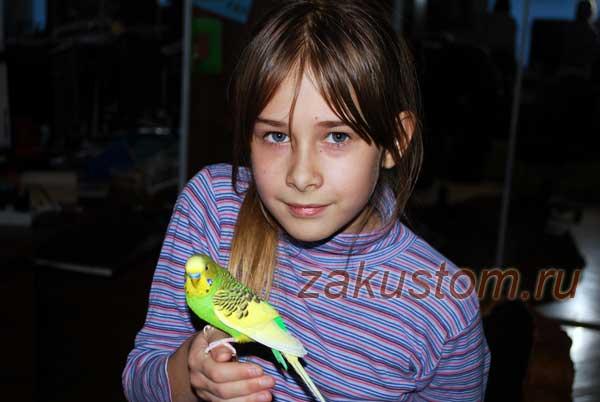 Ребенок с попугаем