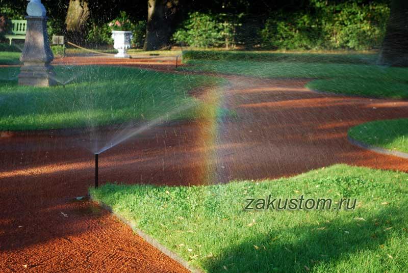 Красивый газон в парке - полив