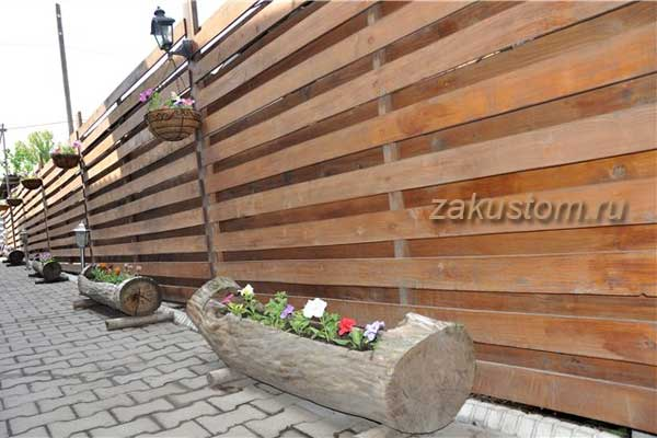 Высокий деревянный забор