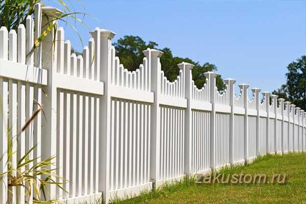 Красивый белый высокий забор