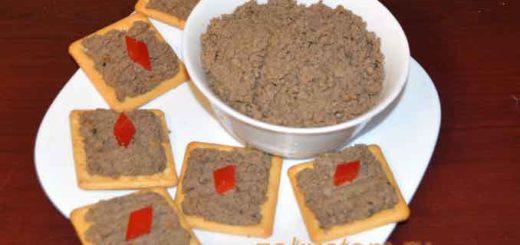 Печеночный паштет намазан на крекер - красивая намазка н праздничный стол